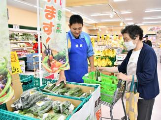 西和賀産の新鮮な野菜を買い求める客(右)