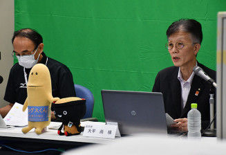 ILC計画の最新動向を紹介する県の大平尚理事(右)