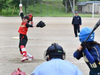 ソフトボール決勝 久慈-種市 伸びのある直球を武器に完投した久慈の野田明里さん(左)