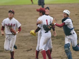 盛岡三-水沢商 逆転勝ちで8強入りを果たし、抱き合って喜ぶ水沢商の選手たち=県営