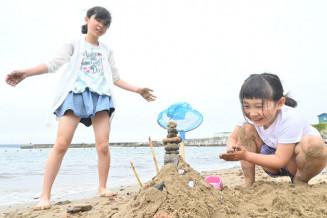 海開きした舟渡海水浴場で砂遊びを楽しむ子どもたち