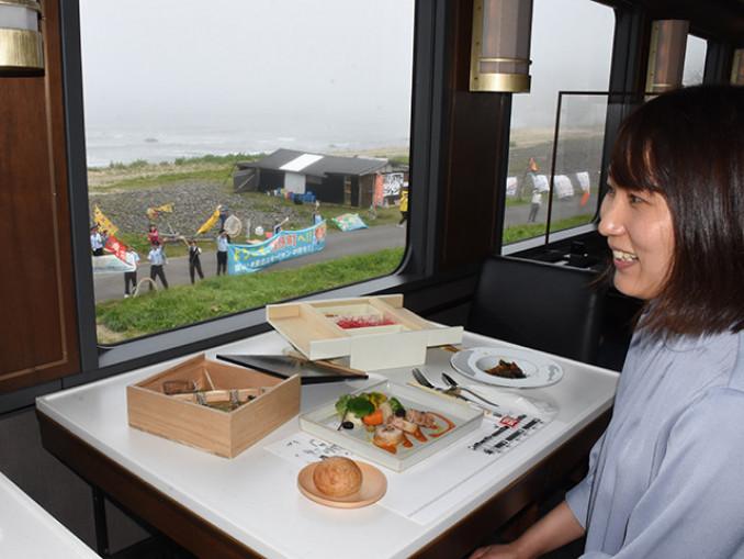 洋野町有家の沿線では、住民らが洋野エモーションで歓迎した