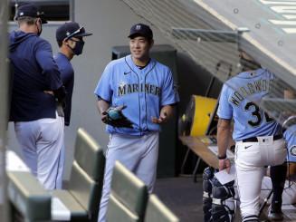 ベンチで投手コーチ(右、背中)らと話すマリナーズ・菊池雄星(AP=共同)