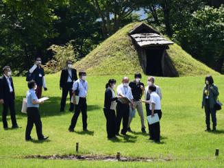 イコモスの現地調査に向け、調査員に見立てた専門家に御所野遺跡の遺構などを説明したリハーサル