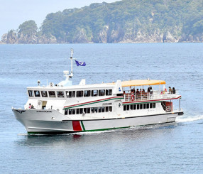 県北バスが来年1月で事業を終了する浄土ケ浜の遊覧船。県内外にファンが多く、惜しむ声が相次ぐ=22日、宮古市