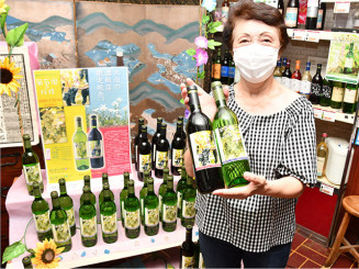 大迫町内限定で販売する葡萄園の妖精をPRする小川富士店主