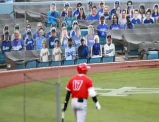 21日に行われたオープン戦で、ドジャースタジアムのスタンドには、観客に見立てたパネルが設置された。大リーグは日本時間の24日、無観客で4カ月遅れの開幕を迎える。手前はエンゼルス・大谷翔平=ロサンゼルス(共同)