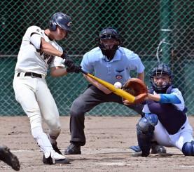 高田-一関学院 3回裏一関学院2死、佐々木大輔が左越え本塁打を放ち2-0とする=県営(代表撮影)