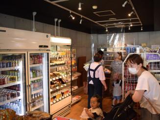 新装開店したJR遠野駅構内の売店。手作りおにぎりが看板商品だ