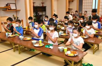 夕食の前に「五観の偈」を唱える子どもたち