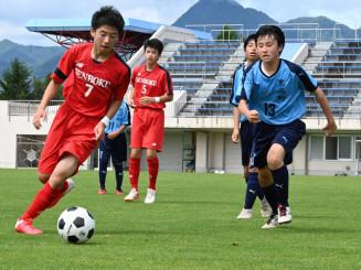 サッカー準々決勝 仙北-黒石野 ボールを競り合う仙北と黒石野の選手
