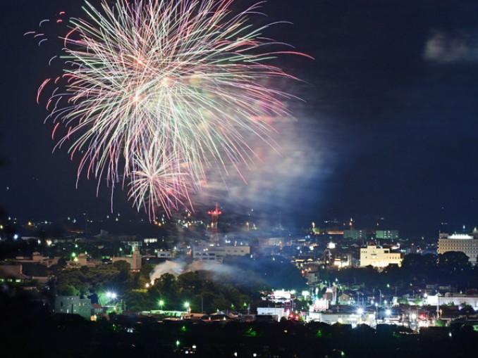 東京五輪の開会式が行われる予定だった日に合わせ、打ち上げられた花火=24日午後8時(報道部・山本毅が花巻市矢沢から多重露光撮影)