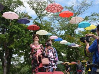 カラフルな雨傘の下で行われた浴衣撮影会