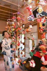一つ一つ丁寧に作られた作品が並ぶ雛のつるし飾り展