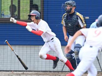 軟式野球決勝 上田―城西 7回裏城西無死満塁、鳥谷部佑聖さんが右中間へサヨナラ打を放つ