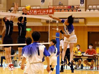 バレーボール男子決勝 下橋-仙北 第2セット、下橋の金子陵さんがスパイクを決め、15-12とリードを広げる