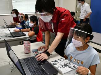センター職員に教わりながら3D技術を体験する児童