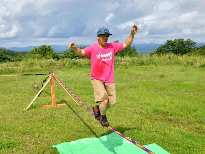 県内初となる常設のパークでスラックラインを実演する藤井智さん