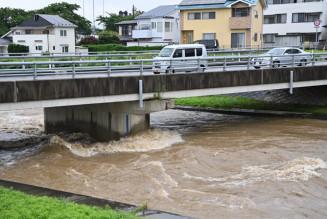 豪雨により増水した梁川=28日、盛岡市中野