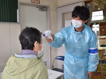 避難所では新型コロナウイルス感染症を警戒して検温や換気を行った=28日午前10時38分、盛岡市中野・中野小体育館