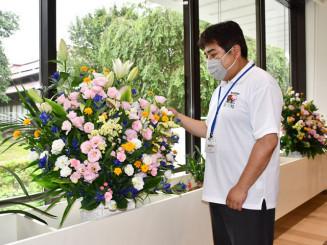 色鮮やかな県産の花を展示する市中央公民館