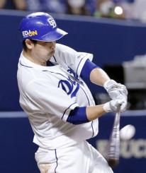 6回中日無死一、二塁、阿部寿樹が右越えに適時二塁打を放つ=ナゴヤドーム
