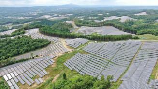 緑の丘陵に約51万枚のソーラーパネルが点在する軽米町の大規模太陽光発電所=31日、同町山内(本社小型無人機から撮影)