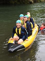 ボートで丹藤川を下る子どもたち