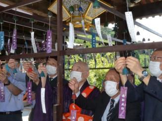 南部風鈴を飾り付ける及川静衛会長(右から2人目)と森清範貫主(同3人目)ら=京都市・清水寺