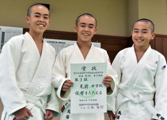 盛岡市中総体 柔道男子団体 3位入賞の賞状に笑顔を見せる見前の(左から)鳥居怜斗さん、義斗さん、和さん。兄弟3人のみで団体戦に臨み、1勝した=7月29日