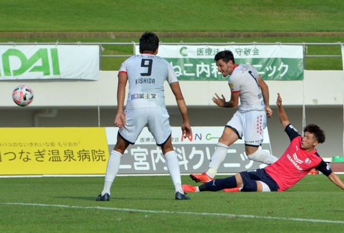 岩手-C大阪U-23 後半21分、岩手のMFモレラト(中央)が右クロスに合わせて3-1と突き放す=北上市・北上総合運動公園陸上競技場
