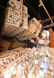 まぶしと呼ばれる枠の中に並ぶ繭=3日、遠野市土淵町・伝承園