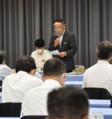 体罰や暴言の根絶を呼び掛ける佐藤博教育長(中央)