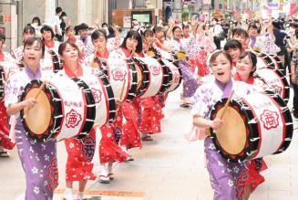 肴町商店街でさんさ踊りを披露する盛岡商高の生徒
