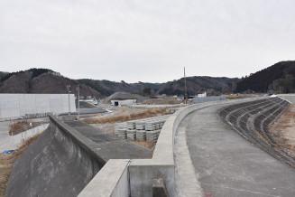 巨大防潮堤の復興工事現場=2月、宮古市田老