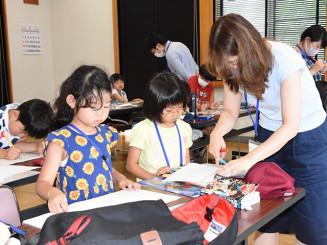住民や学生らの支援を受けながら、学習に励む子どもたち