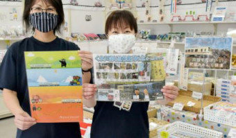 三陸鉄道が販売する、肥薩おれんじ鉄道(左)とくま川鉄道の関連商品=5日、岩手県宮古市