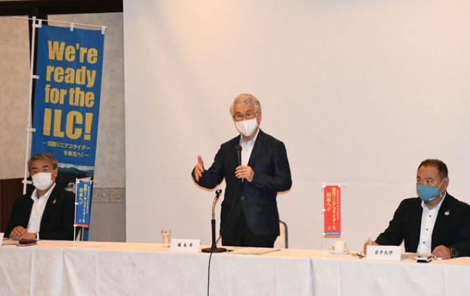 東北ILC事業推進センターの設立総会で代表に就き、抱負を述べる鈴木厚人学長(中央)