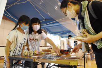 買い物客に地域の品物を販売する安代小児童(左)