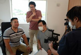 インタビュー収録に臨む平嶋孔輝さん(左)