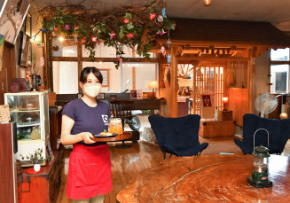 ゆったりとくつろげる空間が人気のおぼない旅館のカフェスペース