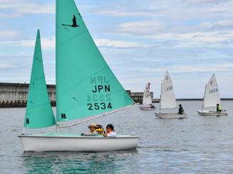 ヨット操作を体験する児童ら
