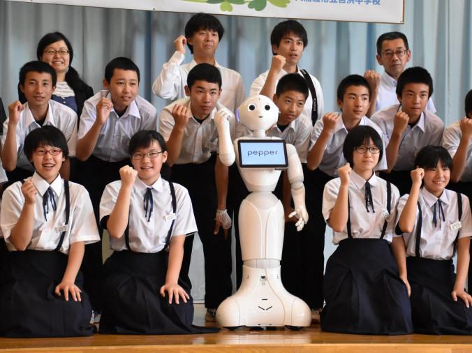 ペッパーと共にプログラミングを学ぶ意欲を見せる吉浜中の生徒ら