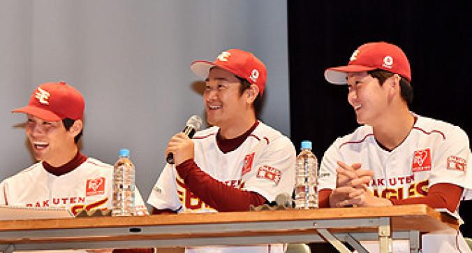 ファンとの交流を楽しむ銀次(中央)と千葉耕太(右)。左は聖沢諒=盛岡市・県公会堂