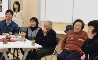 レクリエーションを楽しみ、笑顔を見せるカフェ参加者ら