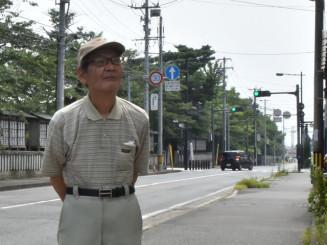 65年ぶりに盛岡市八幡町を歩く石川次男さん。当時登った桜の木も健在だ