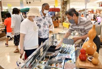 江釣子ショッピングセンターパル内に設けられた「りあすぱーくマルシェ」の会場。多彩な商品を並べ、コロナ禍にある沿岸事業者の再興も後押しする