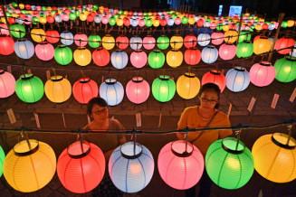 盆を迎えた夜の境内を彩る万灯供養=13日午後7時39分、釜石市大只越町・石応禅寺