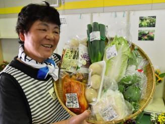 3千円セットをアピールする神楽栄子組合長。旬の野菜と川井地区の特産品が味わえる