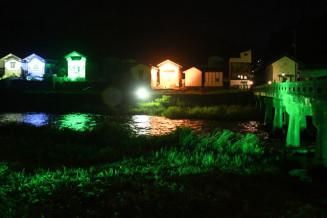 ライトアップされた気仙川沿いの蔵並みと昭和橋(右)